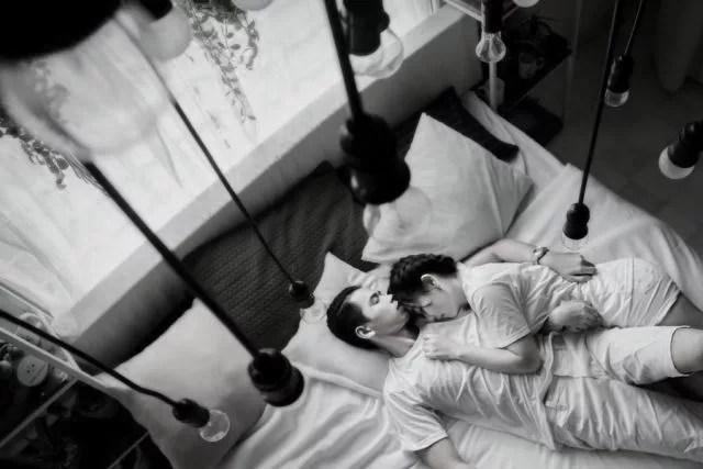 カップル ベッド 睡眠 寝る 不倫