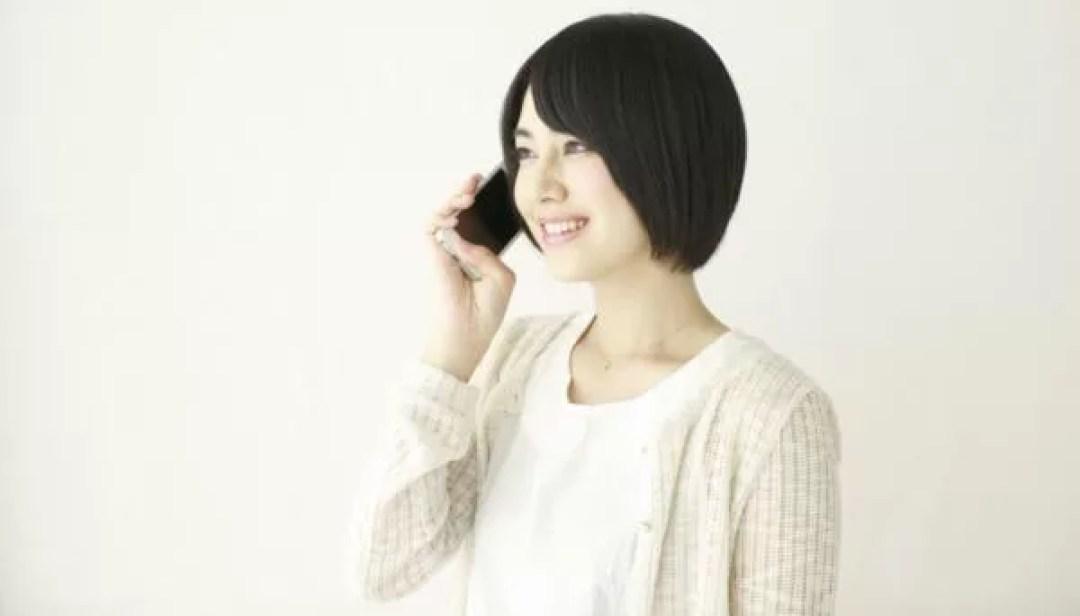 女性 電話 スマホ 連絡 笑顔