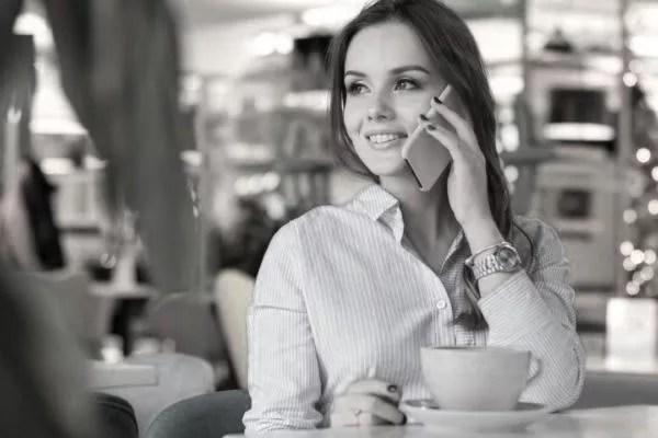 女性 電話 スマホ 笑顔 連絡
