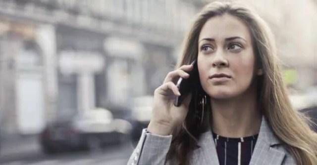 女性 電話 スマホ 連絡 ビジネス 仕事