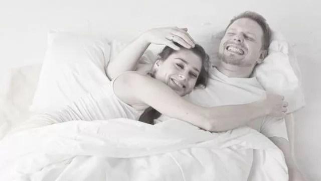 カップル 仲良し ベッド ハグ