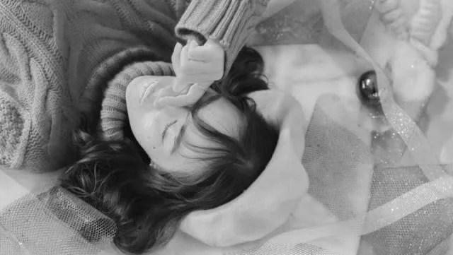 泣いている女性 寝転がる 悲しい 切ない
