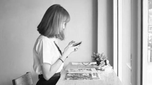 スマホを見る女性 line メール 電話 連絡