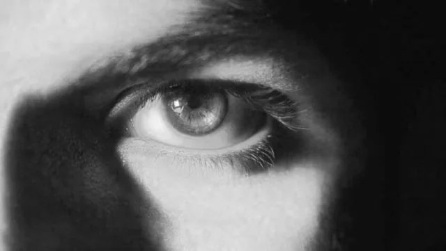 男性 目 視線