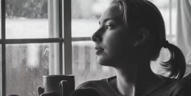 女性 カフェ 窓際 考える