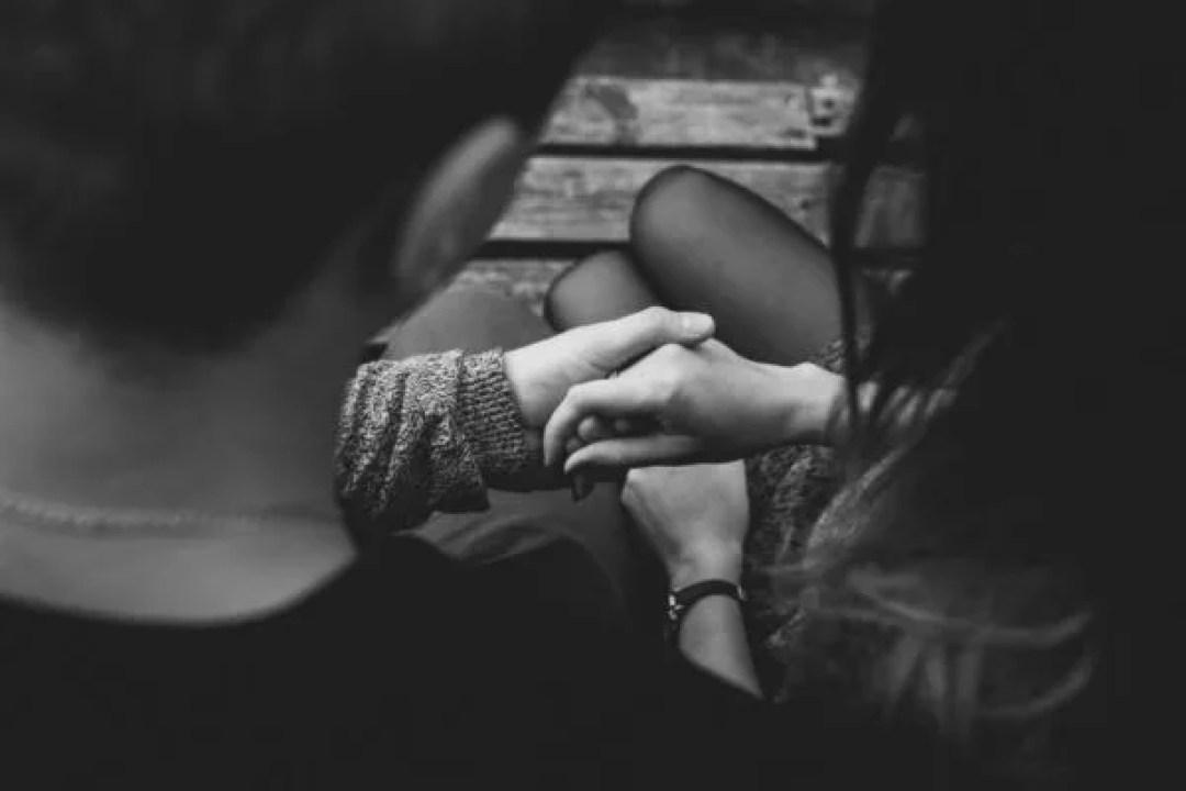 カップル ベンチ 手に触れる 手をつなぐ