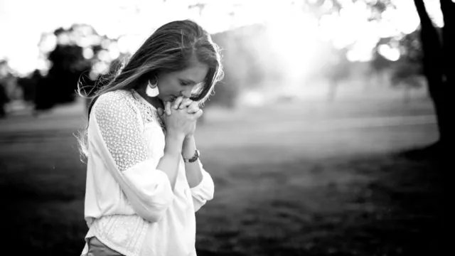 祈る女性 夕日 光 純粋 感謝