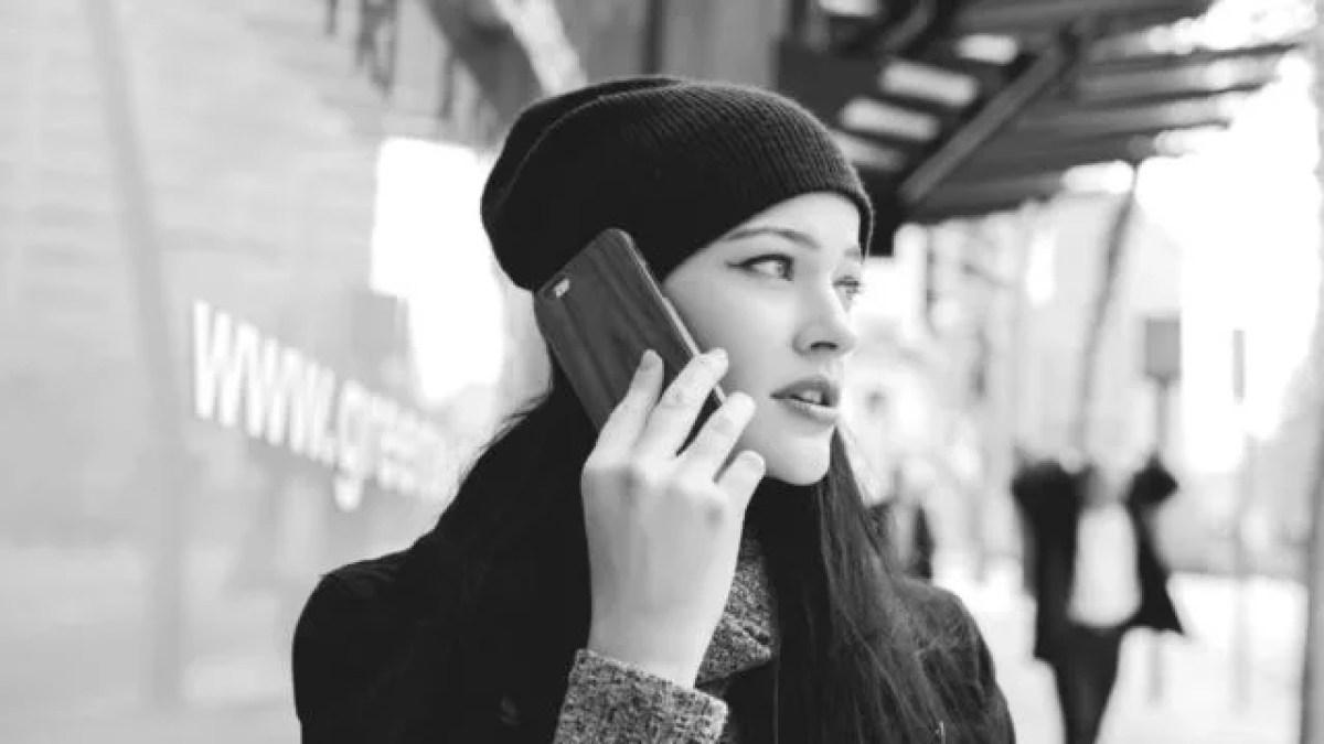 電話をかける女性 スマホ 連絡