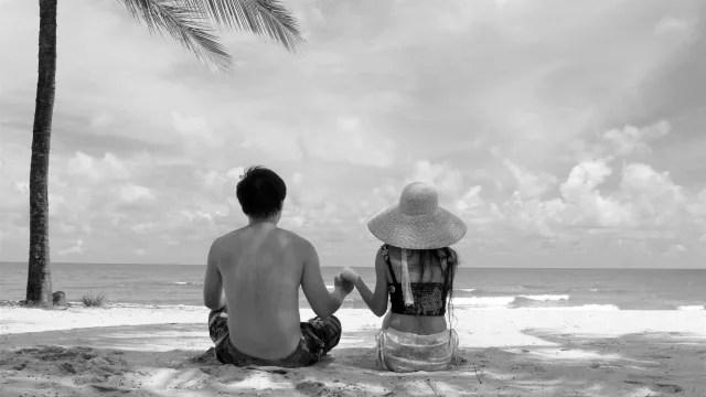 手を繋ぐカップル 夏の海 ビーチ 浜辺