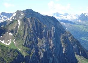 Vorne Bockmattli und seine Türme (grosser Bockmattliturm), dahinter der Schiberg mit der Brenna-Route (T6/III), deren Einstieg sich ganz unten rechts über der sichtbaren Bockmattlihütte befindet.