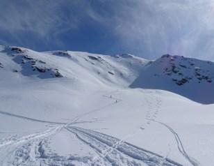 Der Gipfel und die Aufstiegsspur - für uns zu steil.