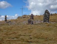 Stoanerne Mandl und Gipfelkreuz Sarner Scharte