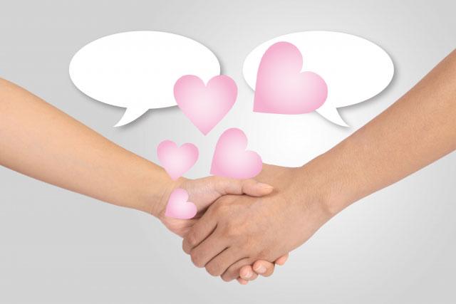 仲良く握手するカップルと愛情に包まれるイメージ画像