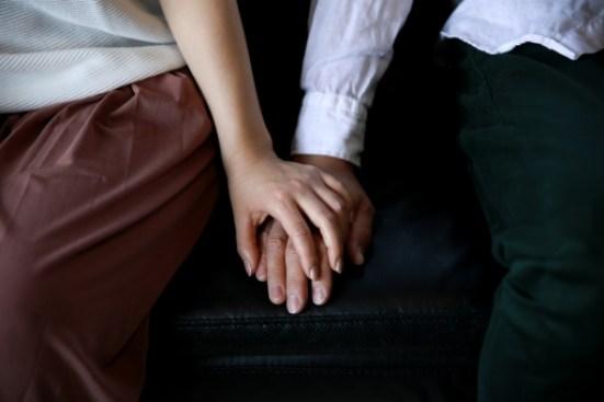 手を握り合う