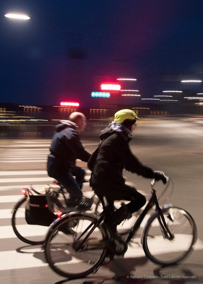 Ciclista a Copenaghen, 2015 - Nikon D810, 16mm (16-85mm ƒ/3.5-5.6) 1/20sec ƒ/3.5 ISO 3200