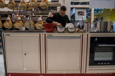 "Lv8 brings ham at the show. Nikon D750 24 mm (24-120.0 mm ƒ/4) 0.4"" ƒ/14 ISO 100"