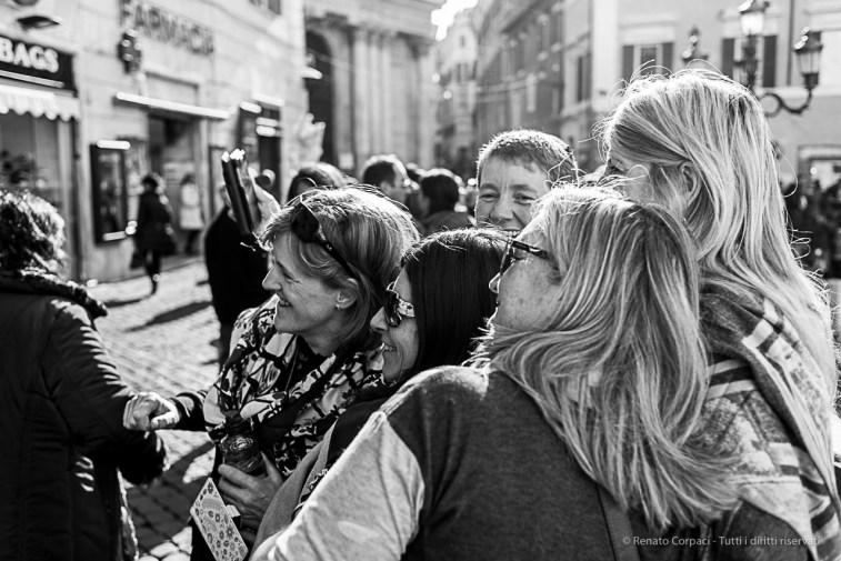 Five turists marking their moment in Piazza Fontana di Trevi. Nikon D810, 35 mm (35.0 mm ƒ/2) 1/160 ƒ/4 ISO 180