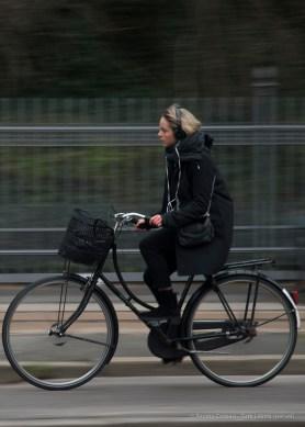 Ciclista a Copenaghen, 2015 - Nikon D810, 85mm (16-85mm ƒ/3.5-5.6) 1/30sec ƒ/5.6 ISO 200