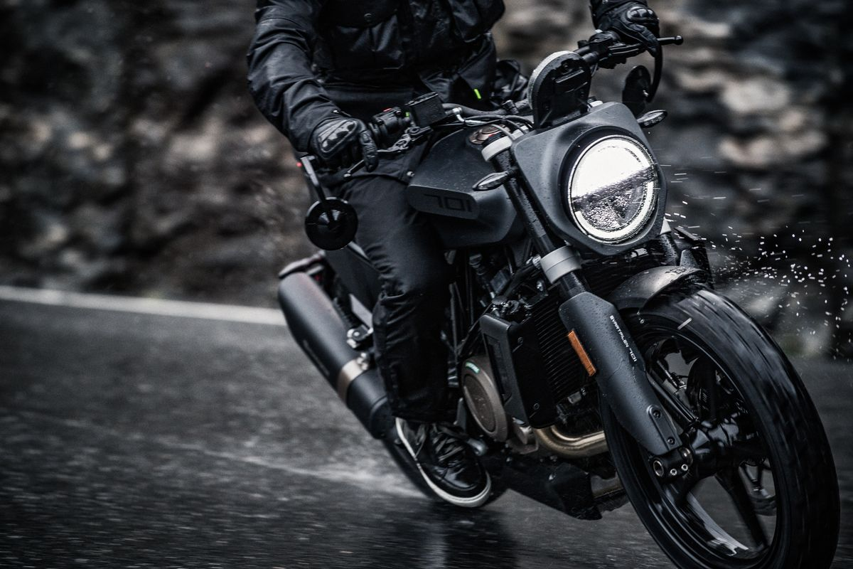 Rain bouncing of the headlight of the Svartpilen 701 2019