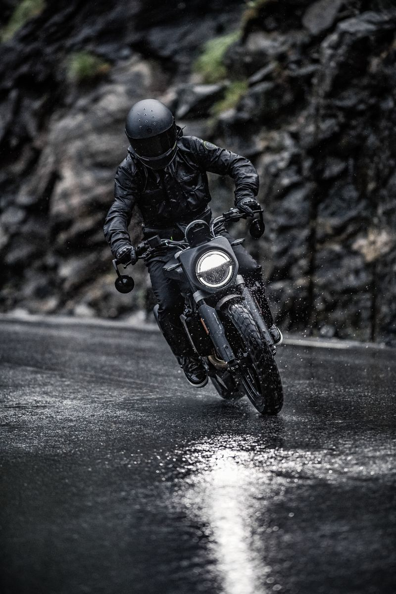 Svartpilen 701 2019 braking in wet conditions