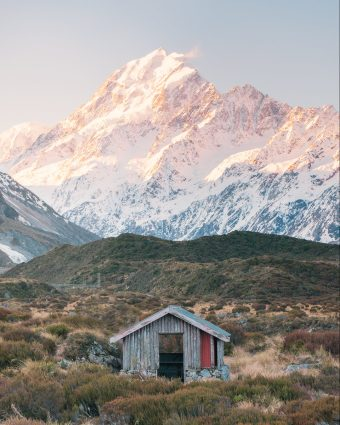 12 MUST SEE PLACES ON THE SOUTH ISLAND OF NEW ZEALAND - HOOKER VALLEY TRACK HUT MT COOK