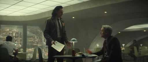 Tom Hiddleston als Loki zusammen mit Owen Wilson als Mobius. © Marvel Studios 2021. All Rights Reserved.
