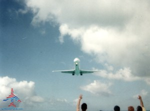 jet-landing-at-maho-beach-sxm-renespoints-blog