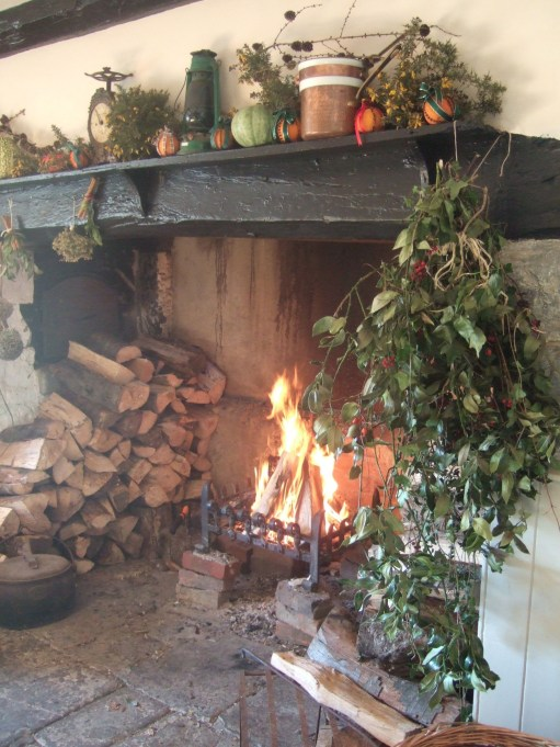 Best Decorating Ideas For Winter Fireplace 54
