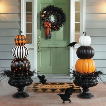 Perfect Pumpkin Ideas To Decorate Your Porch 11