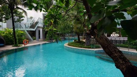 Jangan lupa sempatkan berenang di pool-nya DoubleTree by Hilton. Menggiurkan, ya.