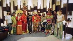 Perempuan blogger Indonesia dengan pakaian adatnya masing-masing. Seru banget ya.