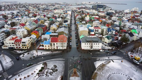Panorama dari puncak Hallgrimskirkja. Kita bisa melihat Kota Reykjavik yang warna-warni.