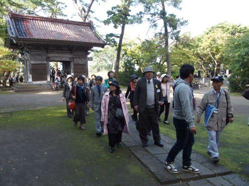 平成26年10月11日 吟行会 参加者95名(観光バス2台) 松尾芭蕉にちなんで象潟町蚶満寺へ吟行。