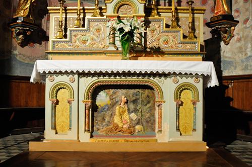 La ronde-bosse au pied de l'autel de l'église de Rennes-Le-Château représentant Marie-Madeleine dans une grotte