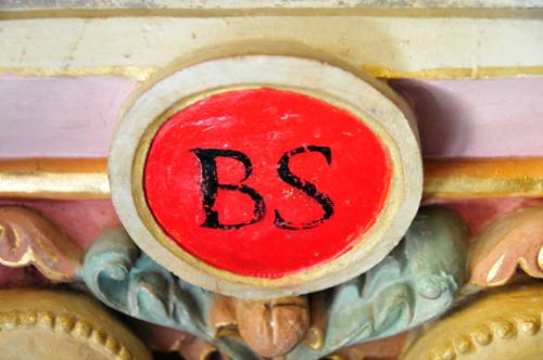 Le glyphe sur le bénitier de l'église de Rennes-Le-Château