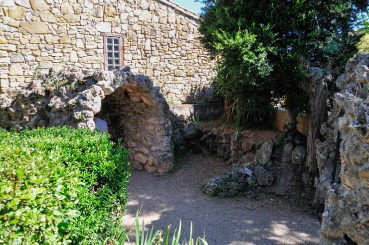 La grotte faite par Bérenger Saunière des jardins de l'église de Rennes-Le-Château