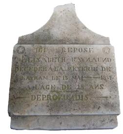 La stèle tombale d'Elisabeth Raynaund décédée à l'âge de 18 ans