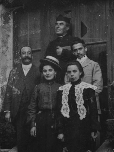 Bérenger Saunière curé de Rennes-Le-Château en famille devant le reposoir