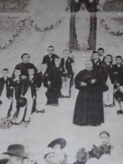 Bérenger Saunière curé de Rennes-Le-Château lors de la communion des enfants du village