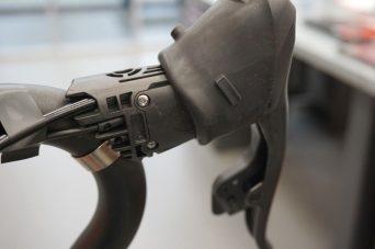 Die Knopfzelle im Schaltbremshebel soll bis zu zwei Jahre durchhalten.