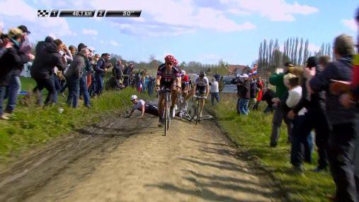 Der Moment, als Cancellara einem weiteren Roubaix-Sieg adieu sagt, Sagan macht noch einen gekonnten Bunnyhop über Fabians Rad.