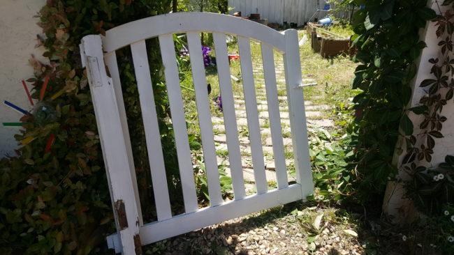 腐食したお庭の木製ドア