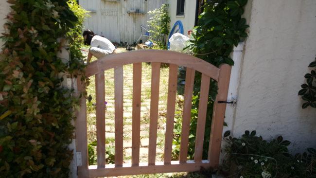 お庭 木製ドア DIYで交換