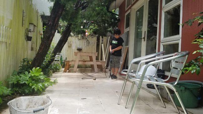 高圧洗浄機でタイル掃除の様子