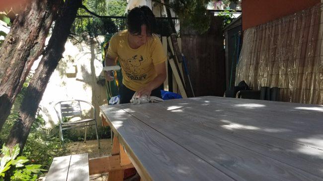 テーブル 塗装中