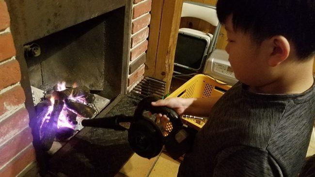 ブロワーを使って焚き火