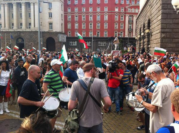 #ДАНСwithme Peaceful protesters making the evening fun for everyone