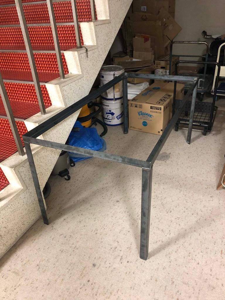 L型アングルを溶接したシンプルなアイアンのテーブルの脚
