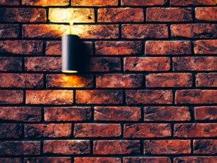 Attire l'oeil sur un beau mur en pierre avec un éclairage adapté pour créer le coup de coeur