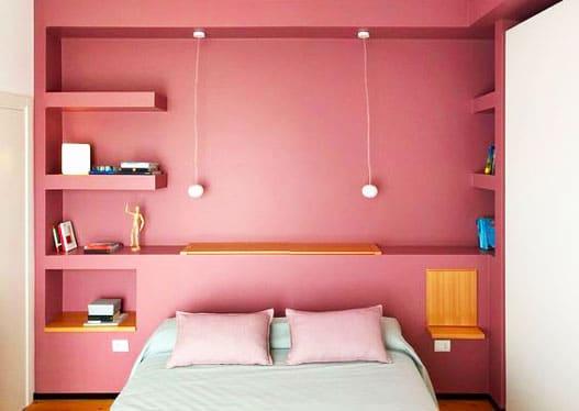 Coup de coeur immobilier : dans une petite chambre, optimise le rangement au-dessus de la tête de lit